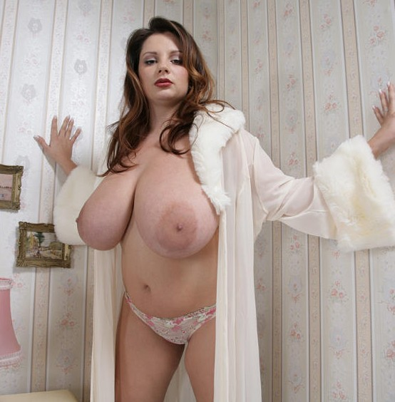 femme bourgeoise nue mature gros seins naturels