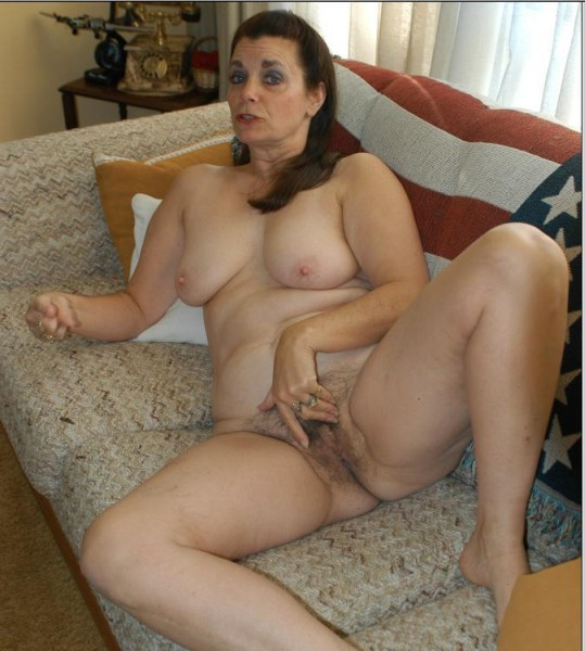 Housewife timide se fait elargir son anus